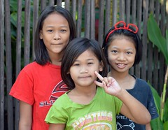 two sisters and a smiling friend (the foreign photographer - ฝรั่งถ่) Tags: apr42015nikon two sisters smiling friend khlong thanon portraits bangkhen bangkok thailand nikon d3200