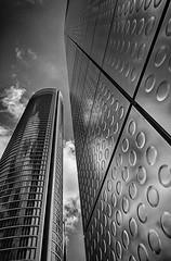 Dotted Plates (Leipzig_trifft_Wien) Tags: madrid comunidaddemadrid spanien es architecture contemporary modern city urban black white bnw bw blackandwhite contrast grey building skyscraper pattern texture structure repeating lines sky high pov perspective