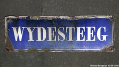 Wydesteeg (XBXG) Tags: wydesteeg wijdesteeg emaille enamel émaille émaillé plaque émaillée bord haarlem nederland holland netherlands paysbas street sign streetsign bordje typographie straatnaam straatnaambord text old vitreous steeg ruelle alley