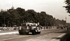 Letzte Parade der Alliierten Schutzmächte Berlin 1989 (rieblinga) Tags: letzte parade der alliierten schutzmächte west usa grosbritannien frankreich strase des 17 juni analog revue ac4 ilford fp4 sw panzer