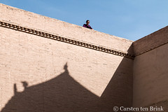 Jiayuguan wall and visitor (10b travelling / Carsten ten Brink) Tags: 10btravelling 2017 asia asian asien carstentenbrink china chine chinese gansu gansucorridor gansuprovince greatwall hexi hexicorridor iptcbasic jiayuguan ming prc peoplesrepublicofchina silkroad ancient corridor fort fortress historic province tenbrink 中华人民共和国 中国 甘肃