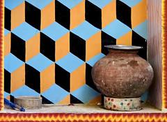 Niche et cruche dans le mur d'une ferme à Ranakpur (Rajasthan). (Gilles Daligand) Tags: ranakpur rajasthan ferme farm mur wall niche cruche jug dessin geometrique carreaux bicolore trompeloeil