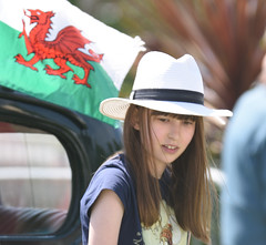 Hat girl (Bonngasse20) Tags: hat sunhat prettygirl sunny daydreaming younggirl welshflag reddragon welshdragon nikond7200 nikon sigma70200 swanseabay sigma swansea waterfront museum car show vintage cars classic candid summer unposed girl youngster teen cute cutegirl