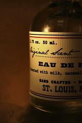 Mein kleiner Urlaub. Jeden Tag. (Frau D. aus D.) Tags: macromondays readyfortheday makro nikon d60 duft parfüm parfum barrco usa oatmeal milk vanilla vanille milch