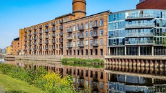 Modern living (Paul Thackray) Tags: yorkshire westyorkshire leeds riveraire footpath