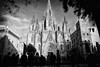 Cansancio (Salva Pagès) Tags: blancoynegro blancinegre blackandwhite blancetnoir bw monochrome monocromo barcelona catalunya catalonia catedral cathedral turismo contrallum contraluz backlight