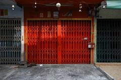 Closed on Sundays (Thomas Mulchi) Tags: 2018 bpg bangrakdistrict bangkok bangkokphotographersgroup samyancommunityphotowalk thailand red gated barred krungthepmahanakhon th