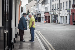 What are you talking about? (pepsamu) Tags: tralee ireland irlanda eire street streetphotography people talking kerry ciarraí irish canon 50mm canoinstas outside portrait retrato fotografíacallejera