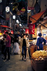 Marché à Kyoto (Fabien Gotti) Tags: kyoto street market pentax k3 color outside people walk sign shop food japon pentaxart nishiki