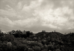 capture the moment (Gabi Wi) Tags: bäume berg himmel wolken radfahrer stromkabel italy monochrome mountain sky clouds trees wiring cyclists landscape springtime frühling skyline silhouette horizon horizont bw