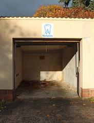 Mundhöhle. (universaldilletant) Tags: frankfurt schild schilder sign signs zahn parkplatz garage offen leer
