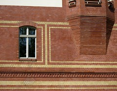 Backen mit Steinen / Brickmanship (bartholmy) Tags: berlin reinickendorf altreinickendorf ziegel ziegelstein backstein bricks architecture architektur baukunst ornament fenster window erker baywindow oriel minimal minimalism minimalismus minimalistisch abstrakt abstract