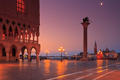 Dawn in the Serenissima (Bernhard Sitzwohl) Tags: venice italy travel delfino palazzoducalevenice doge dogespalace lion markslion town dawn sunrise pillar moody landmark