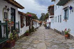 Punto de Fuga Colonial (Tato Avila) Tags: colombia boyacá colores cálido cielos campo casas colonial pueblitoboyacense naturaleza nikon nubes piso piedras colombiamundomágico