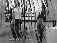 Marins d'eau douce (_ Adèle _) Tags: bruxelles kanal centrepompidou musée exposition garage citroën famille pulls marins enfants parents transparence verre liquide cascade nb noiretblanc monochrome bw blackandwhite