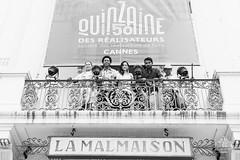 Equipe Pajaros de Verano devant affiche Malmaison