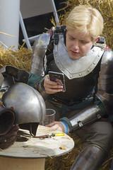 IMG_7648 (leroux.maximilien62) Tags: calvados normandie normandy france frankreich medieval woman festival cidre dragons armure armour armor rüstung chevalier knight ritter casque heaume téléphone handy helmet mervillefranceville moyenâge mittelalter