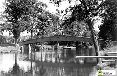 tm_7429 - Kärleksbron, Tidaholm 1960 (Tidaholms Museum) Tags: svartvit positiv tidaholm bro tidan badplats 1920talet 1960