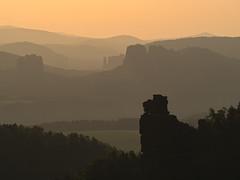 morgendlicher Dunst im Elbsandsteingebirge (lebastian) Tags: panasonic dmcgx8 lumix g vario 100300f4056ii mountain elbsandsteingebirge saxony sachsen berge landscape sunrise sonnenaufgang