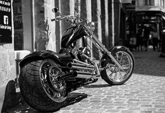 Big ass (Guillaume DELEBARRE) Tags: moto motorcycle noiretblanc nb blackandwhite bw monochrome chopper dof canon tamron2470f28 pneu wheel guillaumedelebarre tousdroitsréservés allrightsreserved