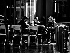Lyon - Touristes dans un rayon de soleil  à la terrasse d'un café. (Gilles Daligand) Tags: lyon rhone touristes terrasse café bistrot rayonsoleil personnes olympus omdem5 12100 street noiretblanc bw monochrome groupe rayofsunshine