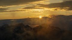 Letzte Sonnenstrahlen für heute (Joachim S.) Tags: abend abendlicht berge dunst frühling gegenlicht gipfel gold puntel sonne sonnenuntergang wolken zelten därstetten bern switzerland ch