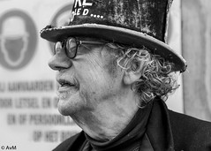 Always wear hard hats (Ramireziblog) Tags: wear hard hat hoge hoed tall portrait portret zwartwit blackandwhite canon 6d street straat candid