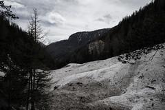 avalanche runout zone (Hotel Val Sinestra) (Toni_V) Tags: m2407390 rangefinder digitalrangefinder messsucher leicam leica mp typ240 type240 28mm elmaritm12828asph hiking wanderung randonnée escursione tschlinsent hotelvalsinestra valsinestra unterengadin engiadinabassa graubünden grisons grischun switzerland schweiz suisse svizzera svizra europe lawinenkegel lawine sep2 silverefexpro2 ©toniv 2018 180428