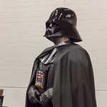 Cosplayer verkleidet als Darth Vader aus Star Wars thumbnail