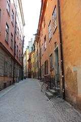 IMG_8454 (John Clappy) Tags: sweden 2018 stockholm gamlastan orange street alley red