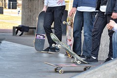 esperando el turno (Milagros Sahlén) Tags: people stockholm outdoor skateboard streetphotography citylife