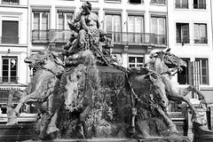 Fontaine Bartholdi # 4 (just.Luc) Tags: horses pferde paarden chevaux sculpture escultura statue estatua statua beeld beeldhouwwerk bn nb zw monochroom monotone monochrome bw vrouw femme frau donna mujer woman seminude seminu halfnaked halfnaakt seins borsten brüste breasts fountain fontaine fontein lyon rhônealpes france frankrijk frankreich francia frança europa europe