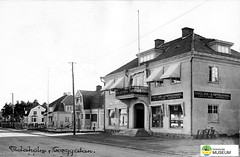 tm_7545 - Torggatan, Tidaholm (Tidaholms Museum) Tags: svartvit positiv tidaholm stadsgata bokhandel balkong