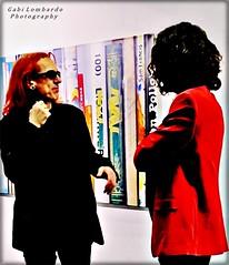 talking about art (gabi lombardo) Tags: people menschen persone talking incontro discussione creative unterhaltung rosso red rouge rot gafas sonnenbrille occhiali mani hände manos hands