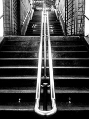 De adentro hacia afuera (© fOto) Tags: subte montevideo montevideu uruguay uruguai claudiocigliutti callejeras street callejero calle samsung monocromo monochrome móvil celular mobile mobilephone xcover xcover2 galaxy museo stairs escalera underground lightroom lr escalones