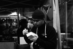 Eating... (Hachimaki123) Tags: london londres uk boroughmarket blackwhite blanconegro