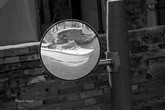 Venezia, Italia (Miguel Angelo (Porto Alegre, Brazil)) Tags: venice veneza venezia espelho mirror boat barco água water monocrome bnw pb