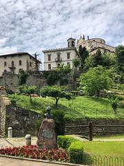 (Paolo Cozzarizza) Tags: italia lombardia bergamo mapello scorcio cielo chiesa monumento aiuola piante fiori prato muro alberi panorama