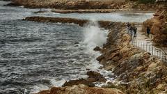Observando las olas (candi...) Tags: olas rocas costa mar agua personas naturaleza nature sonya77 paseo