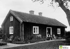 """tm_6923 - """"Torpars"""" i Granbacken (Tidaholms Museum) Tags: svartvit positiv byggnad exteriör stuga människor tidaholm"""