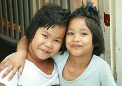 friends forever (the foreign photographer - ฝรั่งถ่) Tags: two girls children friends arm around shoulder khlong thanon portraits bangkhen bangkok thailand canon