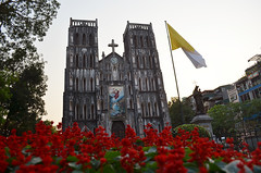 HAN_StJoseph_Cathedral_03 (chiang_benjamin) Tags: hanoi vietnam stjosephchurch cathedral red flowers