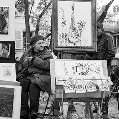 Montmartre, Paris (Zimouu) Tags: lifestylephotography france femme noiretblanc iledefrance paris europe ville blackandwhite city streetphotography travel voyage photoderue woman