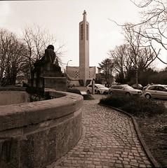 Kirche Loewenhardtdamm Berlin 25.3.2018 (rieblinga) Tags: kirche berlin loewenhardtdamm turm kreuz analog rollei 6008 ilford fp4 sw 2532018