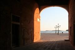 Sotoportego in Castello (Wolfgang Bazer) Tags: sotoportego de le colone sotopòrtego venetian town construction venice venedig venezia italia italy italien