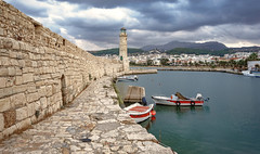 Маяк в Ретимно (vikkay) Tags: крит маяк ретимно вечер море небо порт греция лодки пейзаж бухта