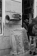 El Rastro, Madrid. (fcuencadiaz) Tags: analogica fotografiaargentica film fotografiaquimica 35mm hp5 ilfosol pelicula telemétricas rangefinder elrastro madrid objetivosfijos objetivosmanuales fotografiacallejera byw blancoynegro