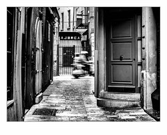 Vroummmmm. (francis_bellin) Tags: 2018 grilles noiretblanc streetphoto street porte rue photoderue blackandwhite monochrome perpignan avril