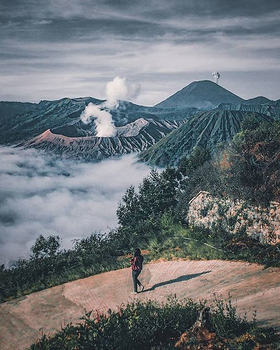salah satu lukisan alam terindah,Bromo 💜 . . 📷@msatriopratamaa .📍Gunung Bromo,Tengger #malangbromotrip #nature #naturephotography #beautifuldestination #beautifulworld #beautiful #couple #potd #bromo #penanjakanbromo #poo