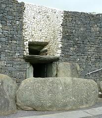 Newgrange, Meath RoI (Ron's travel site) Tags: newgrange neolithic passagetomb grave ancient monument countymeath meath ireland roi erie europe ronstravelsite wwwronsspotuk 160418